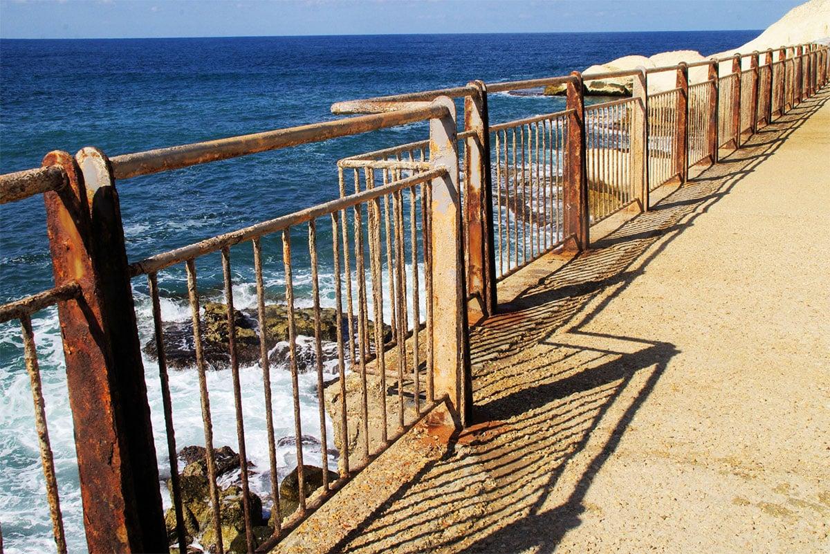 Cómo evitar la corrosión de cercos en zonas costeras